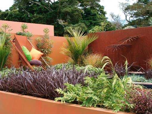 The Garden of Native Plant Ideas was put together by landscapers from the Auckland Botanic Gardens. It showcased the tarnished beauty of rust in the form of a water feature and wheelbarrow seat, then the theme was carried through with earthy-toned walls. The designers' primary aim, however, was to show off New Zealand's striking native plants.
