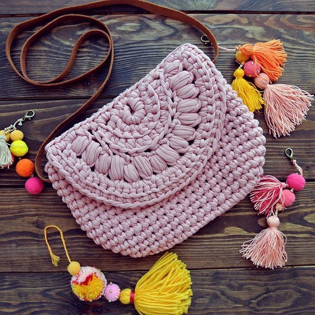 Isn't it a perfect summer bag? . Идеальная летняя сумочка . .  #knitting #crochet #handmade #craft #tyarn #inspiration #knitspiration #trapillo #трикотажнаяпряжа #bohochic #onetwoknot #crossbodybag #crochetbags