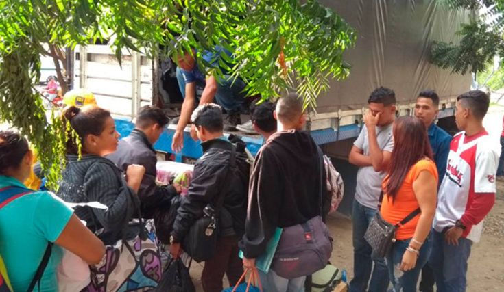 Desalojaron a venezolanos que se refugiaban en cancha de Cúcuta -  Una comisión integrada por diferentes instituciones de Colombia desalojó este miércoles a inmigrantes venezolanos que se quedaban en una cancha del municipio Sevilla en Cúcuta, Colombia. El operativo fue hecho tras un acuerdo que hicieron los vecinos y el acalde de Cúcuta, César Rojas, para que ... - https://notiespartano.com/2018/01/24/desalojaron-venezolanos-se-refugiaban-cancha-cucuta/