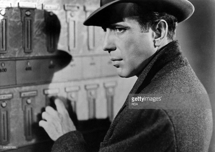 Le Faucon Maltais (THE MALTESE FALCON) by John Huston with Humphrey Bogart, 1941 .