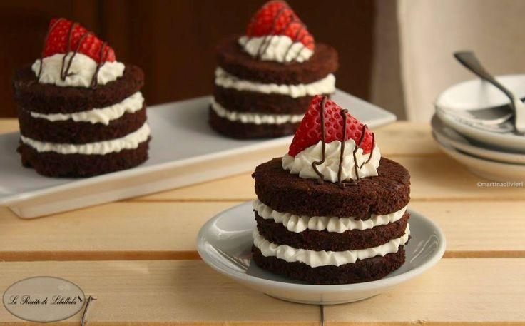 Come realizzare delle tortine alle fragole e mascarpone. Un dessert monoporzione perfetto per buffet e pranzi speciali.