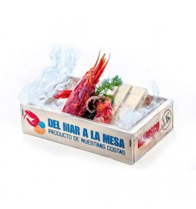 Presenta marisco y pescado como en las cajas de productos fresco que se vende en mercados y pescaderías. Cajas de madera con logo impreso por una cara en castellano y por otra en inglés, recubiertas de plástico en su exterior para evitar manchas. ADQUIERE APARTE la caja de metacrilato que encaja perfectamente en ésta y poder servir los alimentos con hielo, con nieblas de nitrógeno o hielo seco, con humo frío, etc. Puedes usar también papel parafinado para presentar tus tapas o…