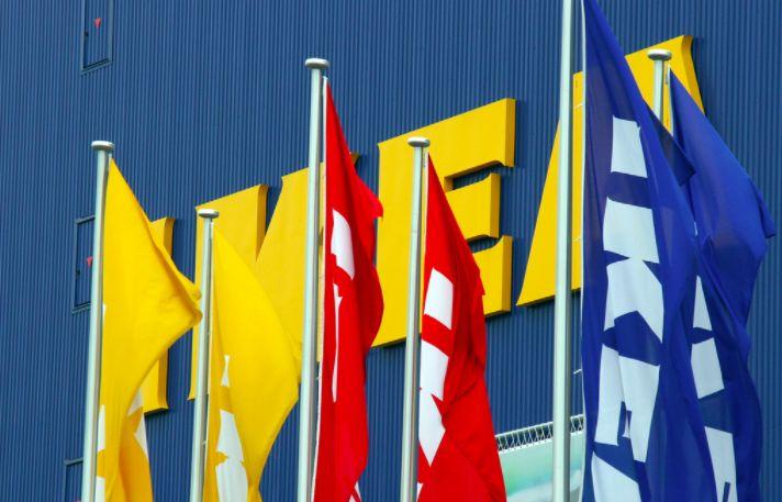 IKEA geeft korting aan zwangere vrouwen, maar ze moeten dan wel even over déze advertentie plassen...
