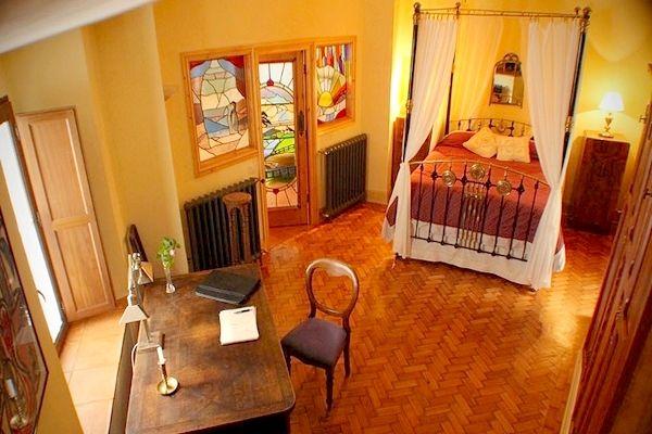 Een bijzondere in Victoriaanse- en Art-Deco stijl ingerichte Bed and Breakfast in het authentieke Andalusische witte dorp Cortelazor. Het verblijf heeft prachtige mozaïek vloeren, gietijzeren kachels, schouwen, kleurrijke glas in lood ramen en gerestaureerde meubels. Het is alsof je in een oud Engels landhuis bent beland. De omgeving is perfect geschikt voor natuurliefhebbers, want het natuurpark Sierra de Aracena y Picos de Aroche telt maar liefst zeshonderd kilometer aan wandelpaden.