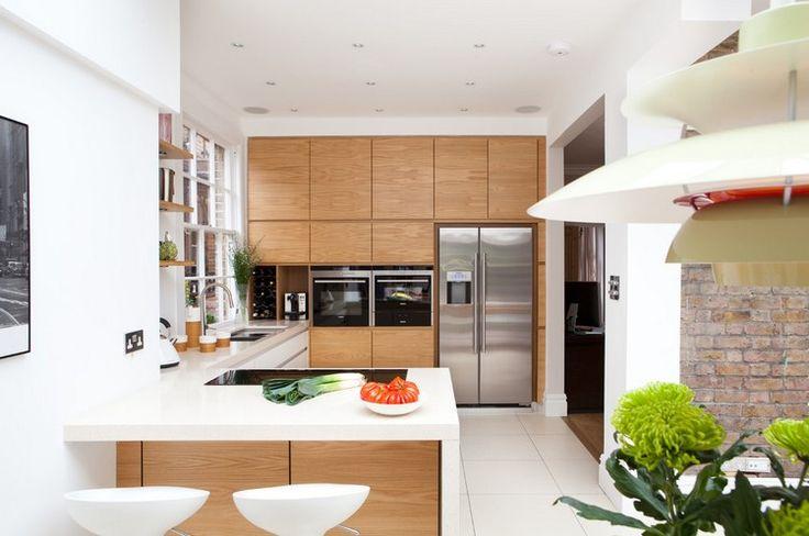 cuisine en U blanche et bois clair avec bar et frigo américain inox