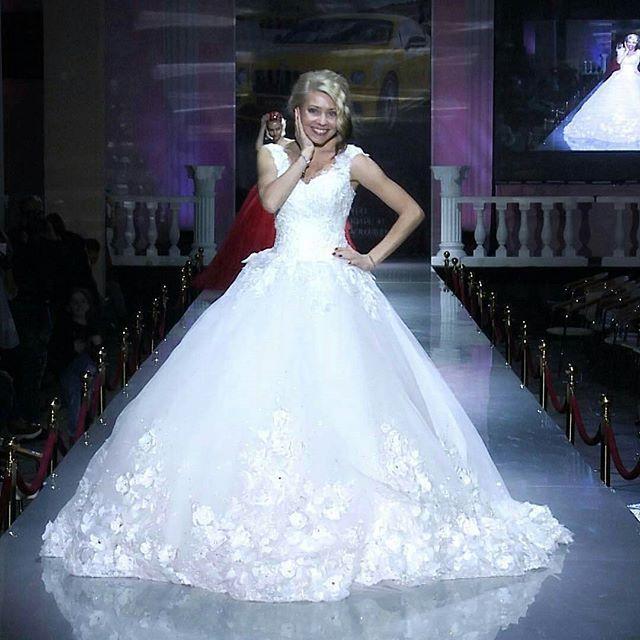 Силуэт принцесса, покоряет сердца многих невест ✨ а свадебные платья Fairytale For You ( салон на 2 этаже свадебного центра Кристалл) покорили подиум Fashion Week World ✨ На прекрасной Марине @marina_a_merika, солистке группы Hi-Fi @hifigroup_official, платье расшитое вручную, 3D цветами и кристаллами Swarovski, со сказочным шлейфом 💛 ----------------------------------- #crystalgalleryru #купитьсвадебноеплатьевмоскве #купитьсвадебноеплатьемосква #свадебнаямода #свадьба #вседлясвадьбы…