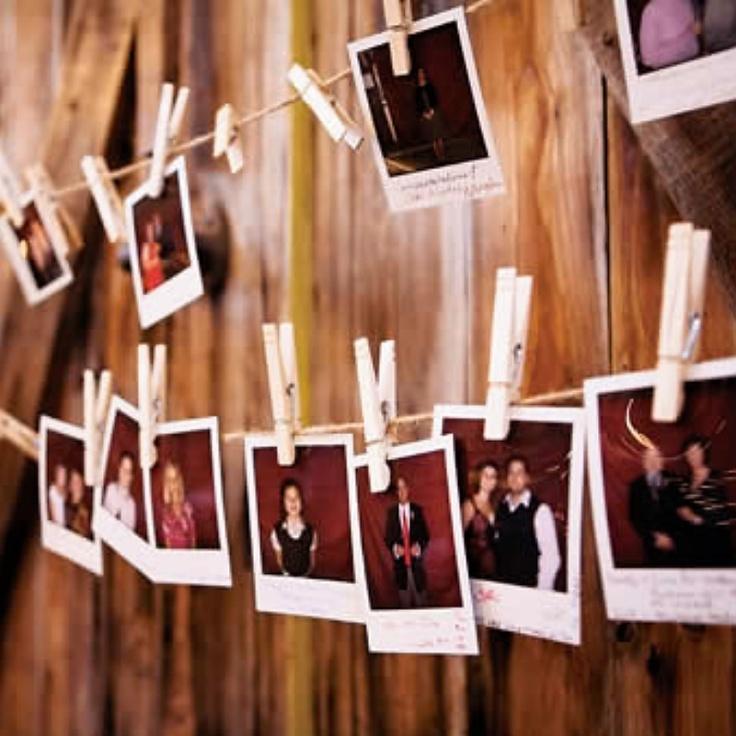 Les invités se prennent en photo au cours de   de la soirée pour créer de superbes guirlandes d'images. Ils viennent les rechercher à la fin