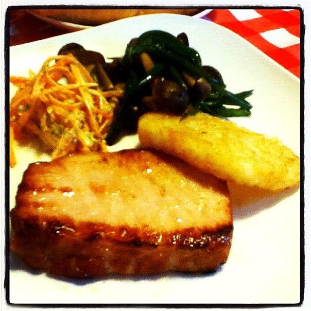 贅沢に厚く切ってハムステーキo(^▽^)o付け合わせは、ピーマンとしめじ炒め、ハッシュドポテト、にんじんのカレーマヨサラダ。これに、トーストとかぼちゃの冷たいスープで朝ごはん(⌒▽⌒) - 33件のもぐもぐ - ハムステーキ by hakomaru