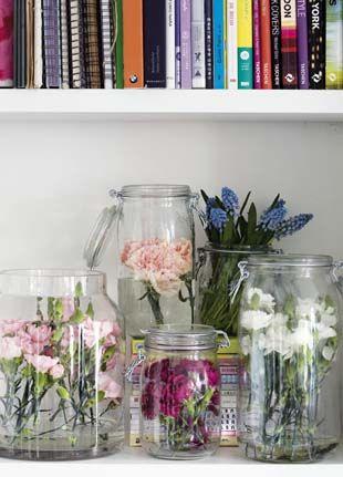 www.vmvj.fr - Oeillets et muscaris en bocaux Le Parfait, sur une étagère, Office Hollandais des Fleurs