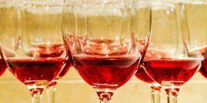 vinjournalen.se -   : Franska roséproducenter tjänar på värmeböljan    Efter regn kommer solsken och nu är det värmebölja i de flesta länder i Europa och även i USA. Det tjänar Provence rosévinsproducenter mycket bra på, för rosévin blir bara allt populärare. Magasinet Decanter rapporterar bland annat att värmeböljan påverkat även i Storbritanniens rosévinsdrickare... https://www.vinjournalen.se/nyheter/2017/07/12/franska-roseproducenter-tjanar-pa-varme