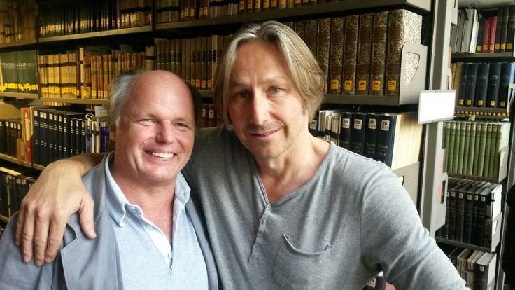 Michael Schernthaner (links) spielt in der #SOKO #München, die ja immer noch SOKO 5113 genannt wird einen Bibliothekar, der (fast) alles weiß. Hier mit seinem Regisseur Christoph Dammast.