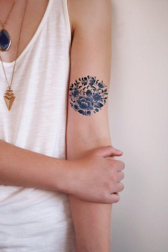 Esta bonita ronda floral tatuaje temporal se realiza en el estilo holandés famoso Delfts Blauw. Ésta se verá muy bien en tu cuerpo! #esta