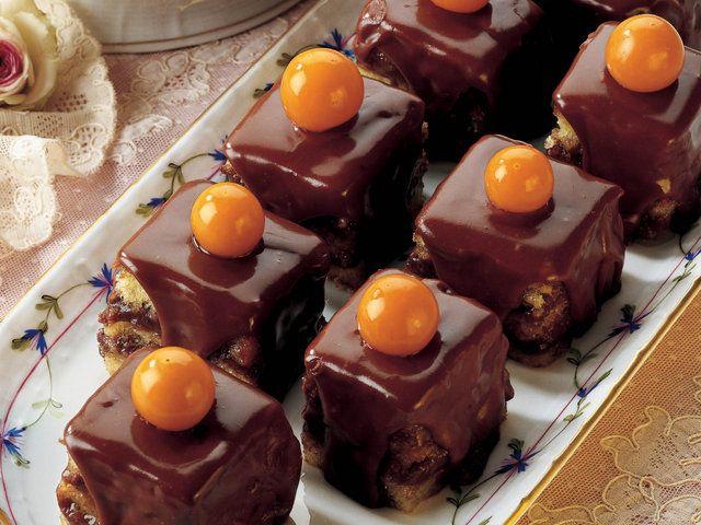 Çikolatalı ve Glazürlü Mini Pastalar  Küçük parçalara ayırdığınız çikolatayı hazır sıcak krema ile karıştırın. (Eğer hazır krema yerine ev yapımı krema kullanmak isterseniz; 250 ml sütü, 2 adet yumurta sarısı, 20 gram un, 60 gram tozşeker ve bir tutam tuz ile pişirip kremayı hazırlayabilirsiniz.) Frambuaz şurubu veya likörünü ve suyu karıştırıp pasta tabanını…