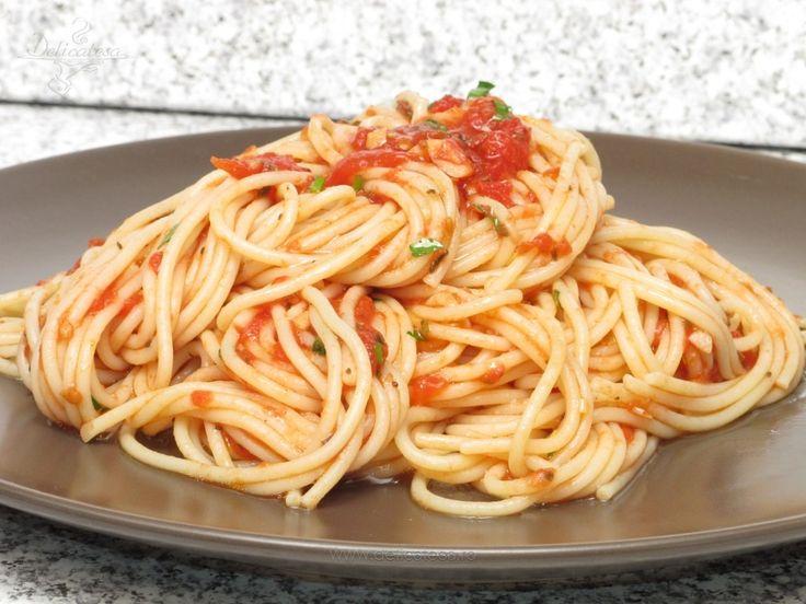 Spaghetti cu sos de roşii şi busuioc