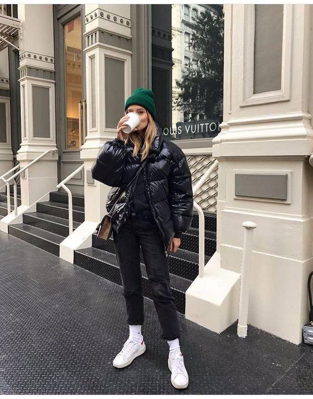 Daunenjacke mit Kapuze Korb Sneakers Hosen dünne Jeans Winter Winter