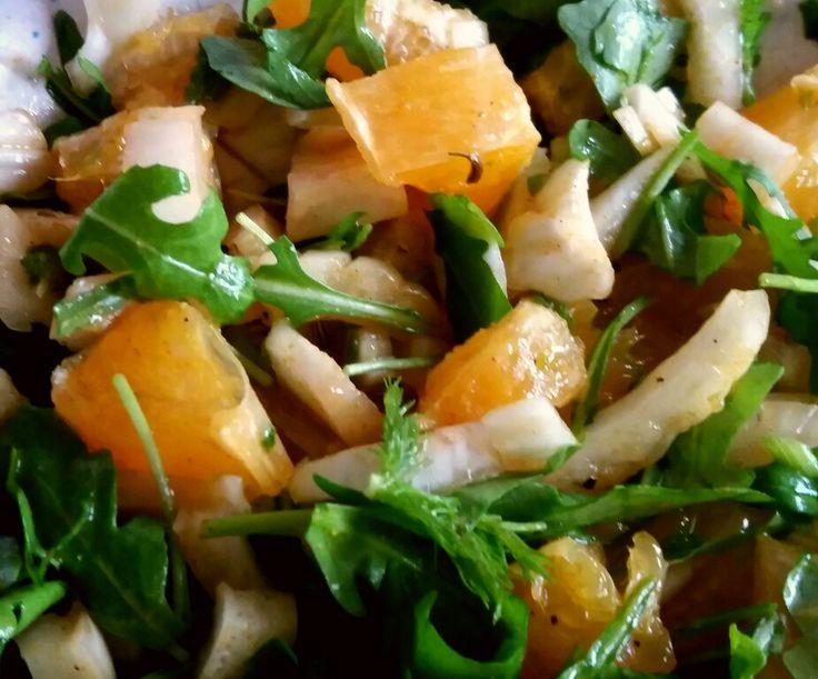 Venkel-rucola-sinaasappel salade. 1 venkel en 1 sinaasappel snijden + flinke hand rucola. Dressing: 3 eetl.olijfolie, 1 eetl.witte wijnazijn, 2 theel. venkelzaad, 1 1/2 theel. currypoeder, 2 dopjes vanille essence, 3 dopjes sinaasappelessenxe (of een scheut grand marnier). Beetje peper en zout.