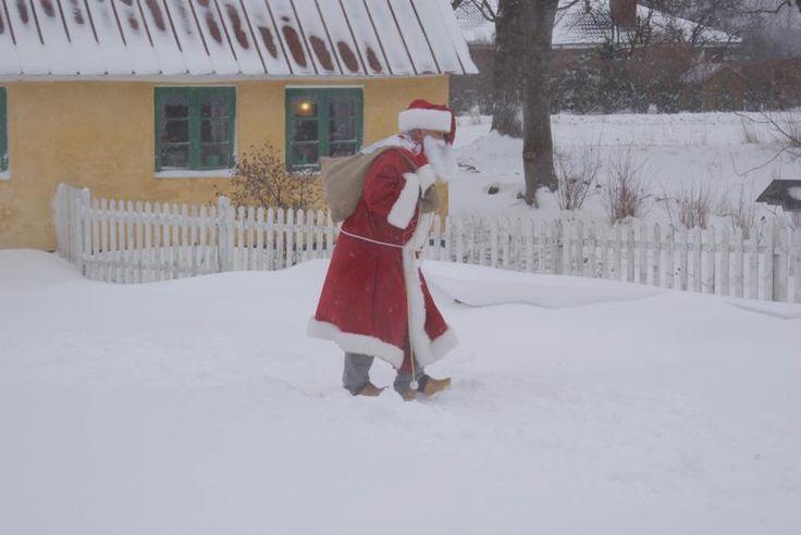 Historie, Museum, Sognefogedgården, Frederikshavn, Danmark. Julemanden på vej over den sneklædte gårdsplads.