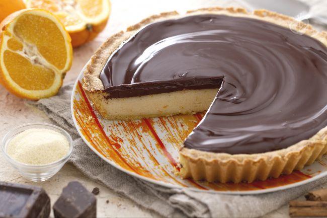 La torta di semolino al cioccolato è una deliziosa crostata di origine toscana, a base di frolla ripiena di crema con semolino, ricotta e arancia.