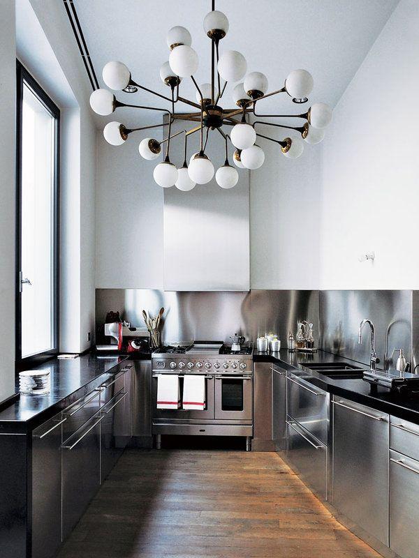 ソリッドなキッチンを照らす'50年代のシャンデリア