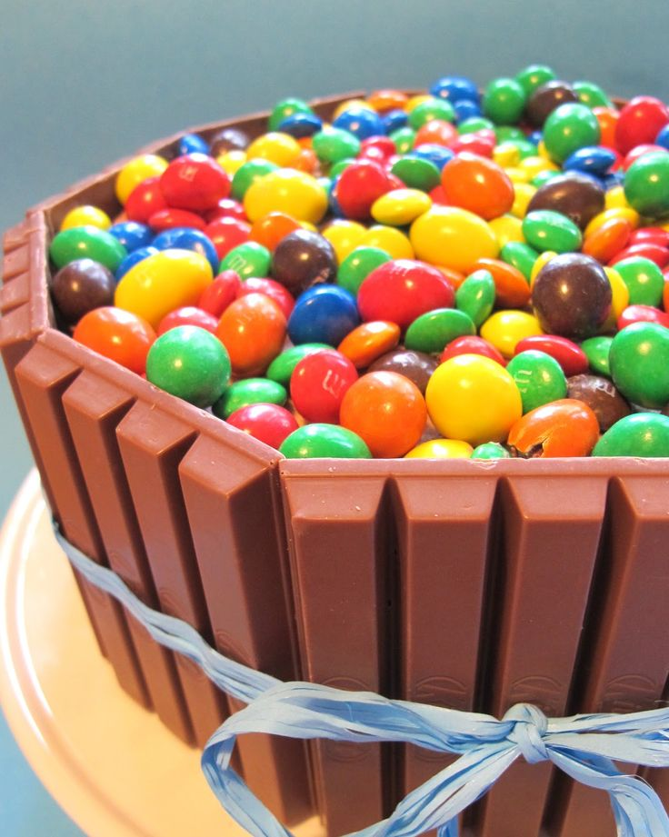 I går fyllde vår mellanpojke sex år och i går hade vi också kalas för honom. På många bloggar har jag sett färggranna chokladgodistårtor...