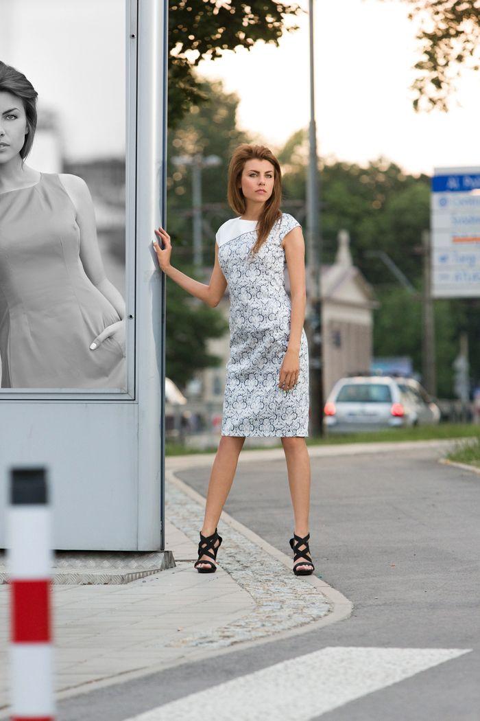 Dwukolorowa sukienka z barokowym wzorem. Bi-color dress with baroqe print. http://www.bee.com.pl/e-sklep/