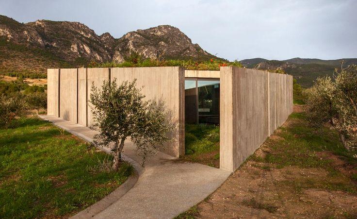 Ανάμεσα στο κάμπο των Μεγάρων και τα Γεράνια όρη, το σύγχρονο έργο της αρχιτεκτονικής ομάδα TAN πηγαίνει προς τη νίκη στον ευρωπαϊκό διαγωνισμό Mies van der Rohe 2015. Από την Αργυρώ Ντόκα
