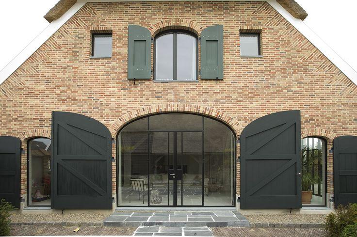 idee pakhuisdeur voor boven in 'garage', zonder toog, met frans balkon ervoor