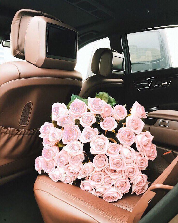 Красивый букет цветов в машине фото
