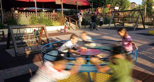 Ristorante, pizzeria, bruschetteria Family Frinedly con parco giochi e tavoli all'aperto. Bambini di Roma