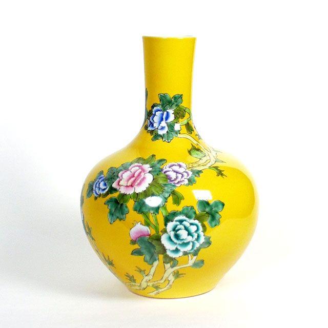 Gele vaas (ball body vase) van Pols Potten. Handgemaakt en handbeschilderd porcelein in groot formaat.    Afmetingen: Hoogte 55 cm  €152