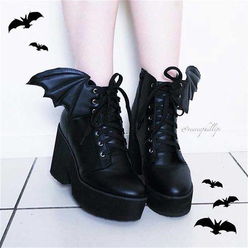 Bat Wing plateau enkellaars met brede hak en vleermuis vleugels zwart