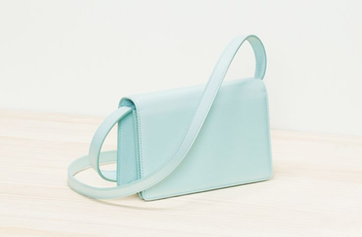 Pequeño bolso clásico con correa extrañble y bolsillo interior con cremallera…