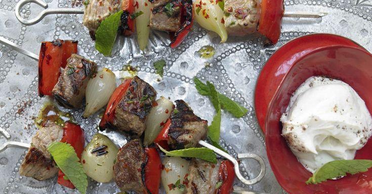 Türkische Fleischspieße aus Lamm und Kalb. Beilagentipp: Sättigender Couscous und ein Tomaten-Gurken-Salat füllen das Vitaminkonto zusätzlich auf.