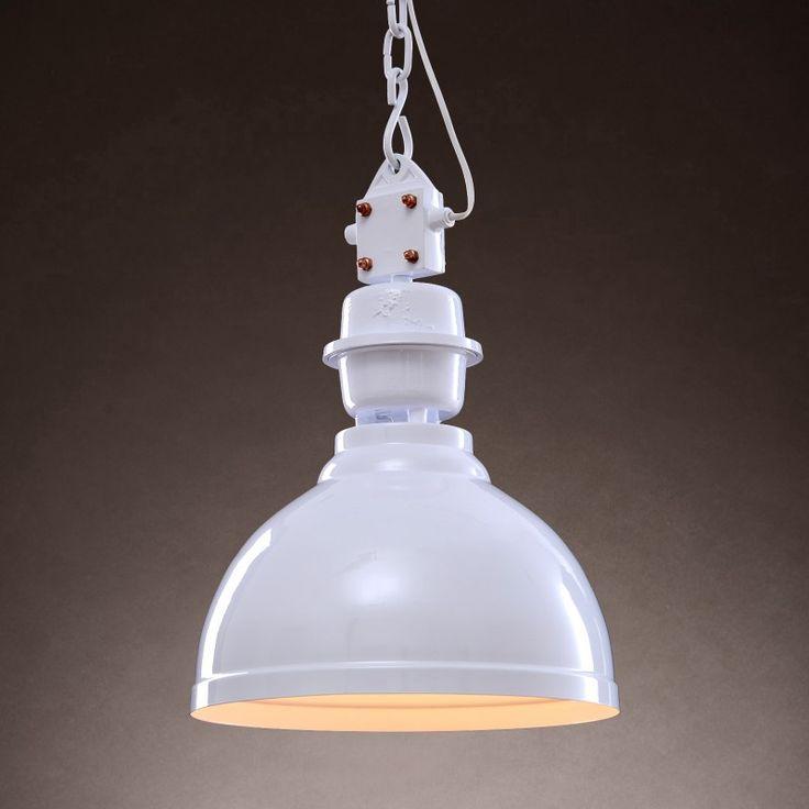 LAMPA WISZĄCA O ŚREDNICY 35 CM Lampa wisząca w industrialnym stylu jest pełna kontrastów, które tworzą spójną całość. To połączenie białego klosza ze srebrnym wnętrzem, powierzchni matowych z połyskiem, elementów delikatnych oraz surowych.