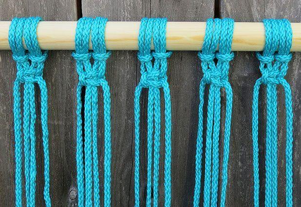 Tire del nudo apretado y continuar con todas las cuerdas.