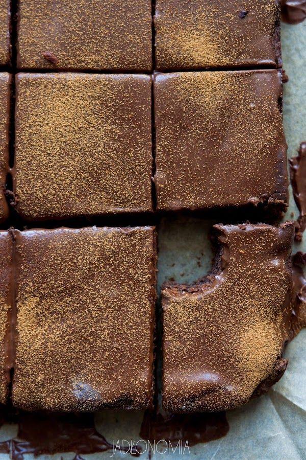 Bezglutenowe brownie na podstawie tego przepisu  Składniki na ciasto:      2 puszki ciecierzycy, każda po 400 g / 3 szklanki ugotowanej ciecierzycy     1 szklanka masła orzechowego     1/2 szklanki syropu klonowego lub syropu z agawy     1/2 szklanki prażonej mąki z amarantusa, użyłam Amarello     1/2 tabliczki gorzkiej czekolady / 50 g drobno posiekanej     1/4 szklanki kakao     1/2 łyżeczki sody     3/4 łyżeczki proszku do pieczenia     szczypta soli  Składniki na polewę:      1/2…