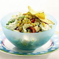Mais salade met avocado dressing en tortilla chips