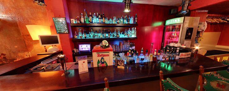 """Bar Sünde- Hamburg  Die Bar """"Sünde"""" ist eine kleine und gemütliche Bar zwischen Schanze und Reeperbahn. Sie bietet neben """"einzigartigen"""" Barplätzen im vorderen Bereich, auch einen geräumigen 2. Raum zum Kickern und zurückziehen. An der Bar findet man neben der sehr guten Auswahl an Getränken und auch """"Spezialitäten des Hauses"""" - so sollte keiner, ohne den """"Diabolo"""" oder den """" Sünde Cocktail """" genossen zu haben, die Bar verlassen.  Tipp: Die Bar Sünde kann man auch für private Events mieten."""