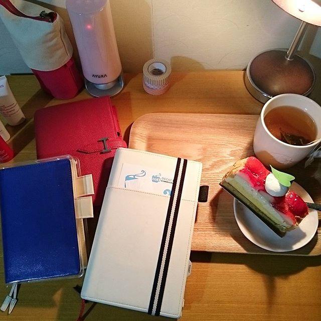 恒例の手帳タイムです🍀 最近ジブン手帳IDEA書いていないことに気づきました💦 写真📷たまってる~~(´Д`|||) これから書き込むぞ~~。半月分(笑) おともにケーキ🍰とハーブティー🌿 しかしこの机狭すぎる💦 もう少し広いといいのになぁ。 #ジブン手帳#ジブン手帳biz #ほぼ日手帳 #ほぼ日 #フランクリンプランナー#フランクリン手帳#手帳タイム#手帳#おうちカフェは#おうちでまったり #まったり#ひとりじかん#ひとり時間