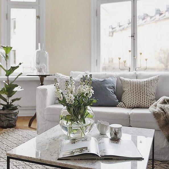 Vitt marmorbord med svart stålram. Marmor, bord, soffbord, svart, ram, stål, vardagsrum, sovrum, hall, möbler, inredning.