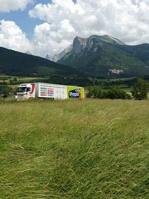 Un de nos camions Shopix à la montagne !