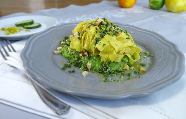 le tagliatelle agli agrumi con crumble di basilico e noci raccontano tutta la mia passione per le tagliatelle fresche all'uovo. Sono di più che comfort food