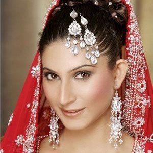 Мусульманские  невесты носят джумар - та же манг тикка, но украшает волосы по диагонали