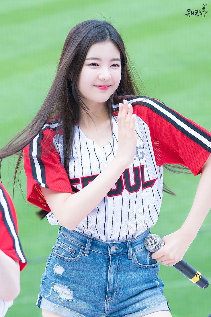 ٍ on Twitter   Chuu loona, Kpop girls, Korean girl groups