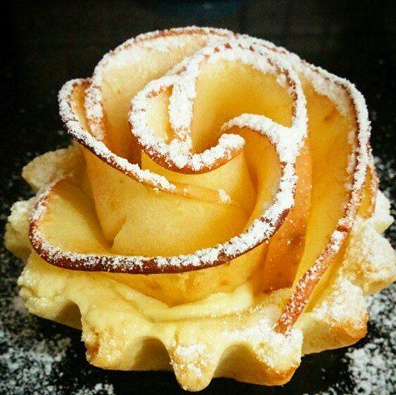 En güzel mutfak paylaşımları için kanalımıza abone olunuz. http://www.kadinika.com @hayati_tatli_yasa  ELMALI GÜL TART Hamuru: 250 gr tereyağı 1 su bardağı şeker 1 fincan sıvı yağ 1 yumurta 1tatlı kaşığı sirke 1 çay kaşığı kabartma tozu 1 paket vanilya Yeteri kadar un  KREMA: 2 bardak süt 1 yumurta sarısı 2 yemek kaşığı dolu un 1 yemek kaşığı nisasta 1 paket vanilya 3 yemek kaşığı şeker (az gelirse artırılabilir)  GÜLLER İÇİN 3 elma  Hamur yumusak bir kivamda yogrulup küçük tart kalıplarına…