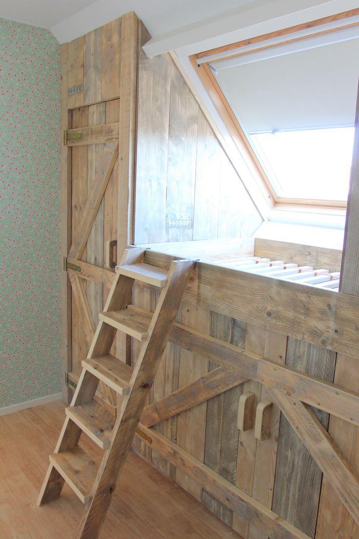 bedsteewand de hoekkast heeft een deur van 60 bij 190 cm de handgrepen zijn ook gemaakt van oud steigerhout. gemaakt en gefotografeerd door Leen de Ruiter