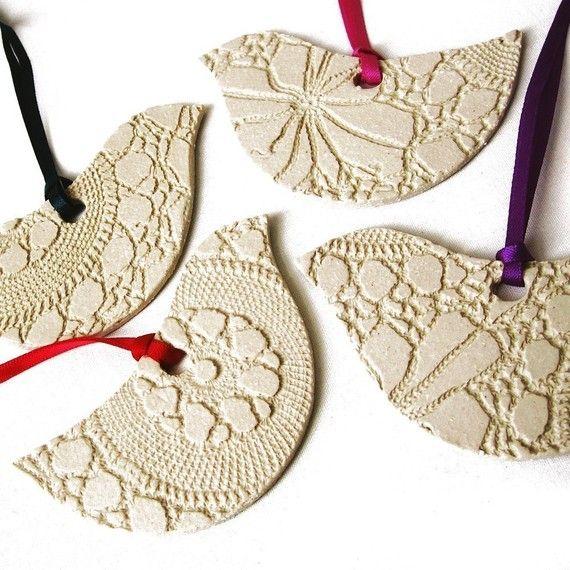 Deze kleine aardewerk vogel vormige kerstboom sieraden hebben een modern design, met elementen van klassieke stijl en mooie detaillering.  De textuur van vintage lace ontstond in het oppervlak van de keramische klei, en ze zijn klaar met vrolijke fijne satijn linten in vier kleuren - candy roze, diepe blauwgroen, violet paars en heldere kerst rood. Het vogeltje ornamenten ziet er echt mooi opknoping up rond uw huis of op uw kerstboom! Net als groot als partijgunsten, kunt u ze vastmaakt…