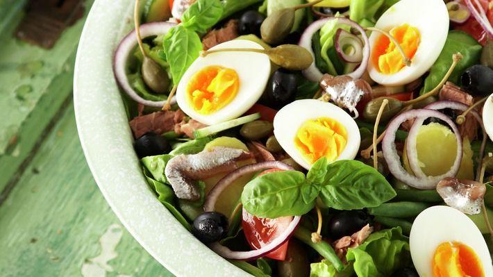 Salade Niçoise - Gjester - Oppskrifter - MatPrat. Drop tunfisk og ansjos for vegetarisk utgave