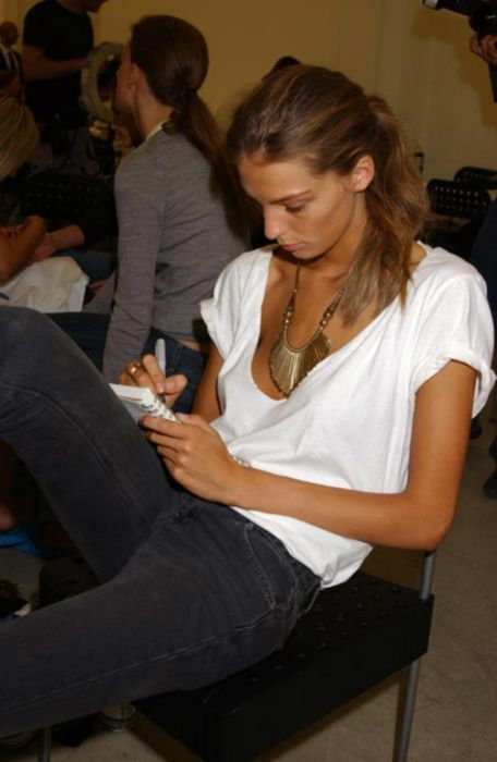: Models Off Duty, Fashion, White Tees, Statement Necklaces, Style, Gold Necklaces, T Shirts, Black Jeans, Daria Werbowy