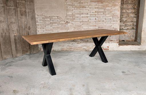 Interior design recupero tavolo realizzato in legno di recupero con gambe ad x in tubolare di ferro finitura naturale. il piano costruito con più tavole vecchie di abete esalta il suo aspetto materico grazie al particolare SESTINI E CORTI